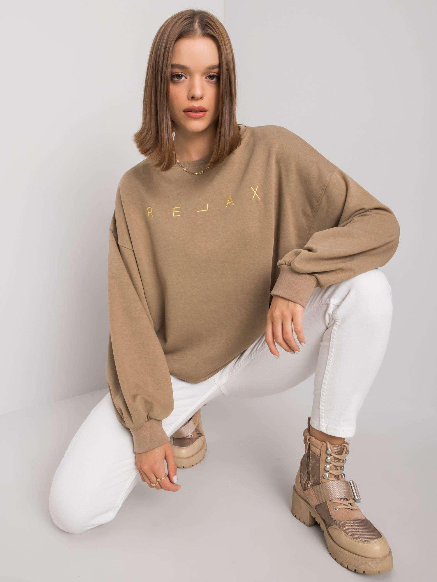 Sweatshirt in Beige mit goldener  Stickerei Vorderansicht sitzend