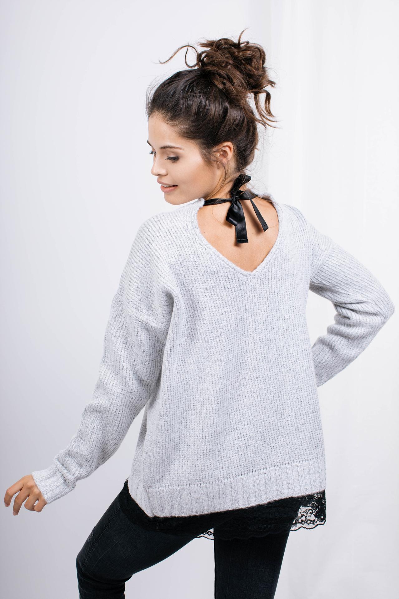 Sweater in Hellgrau mit Spitzensaum Rückansicht