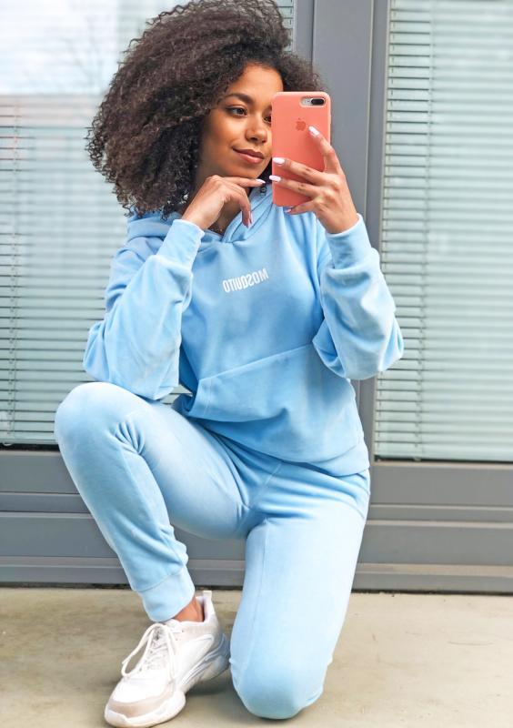 Velvet Hoodie in Baby Blau sitzende Ansicht