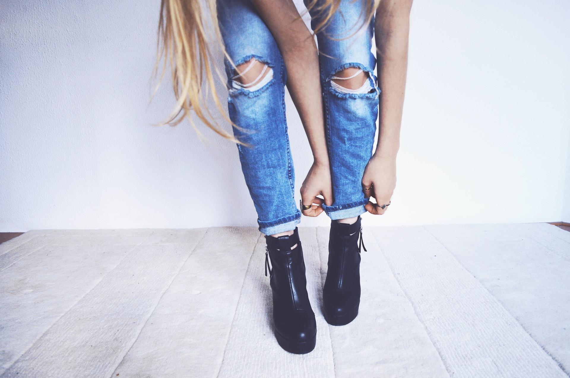 Outfit mit Jeans und Boots in Schwarz