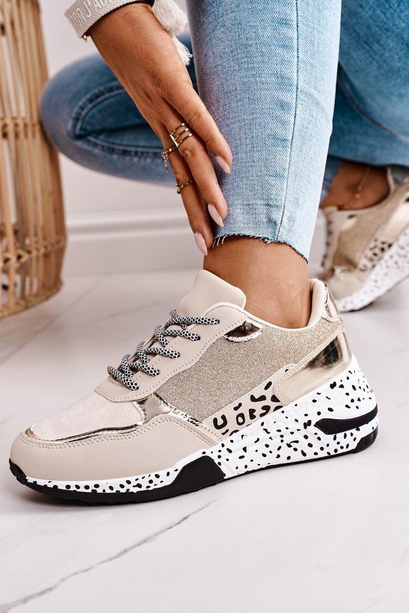 Sneakers mit Mustermix und glänzenden Details Seitenansicht