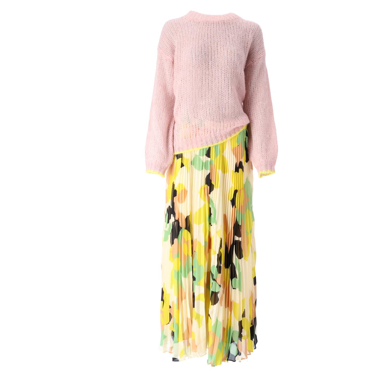 Rosa Sweater mit gelben Abschluss Rändern und gelbem, gemusterten Plisseerock
