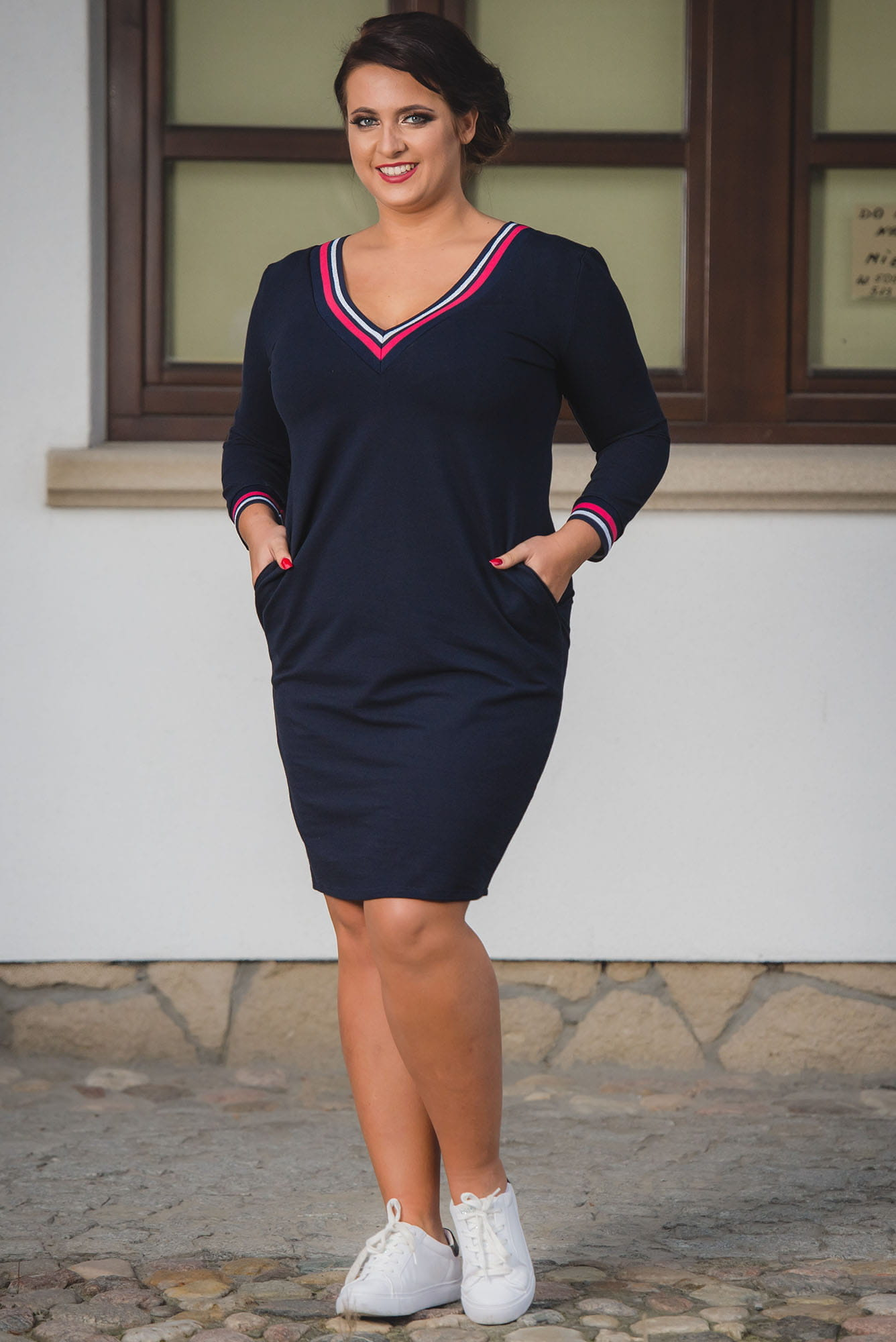 Kleid mit V-Ausschnitt in Marineblau Komplettansicht