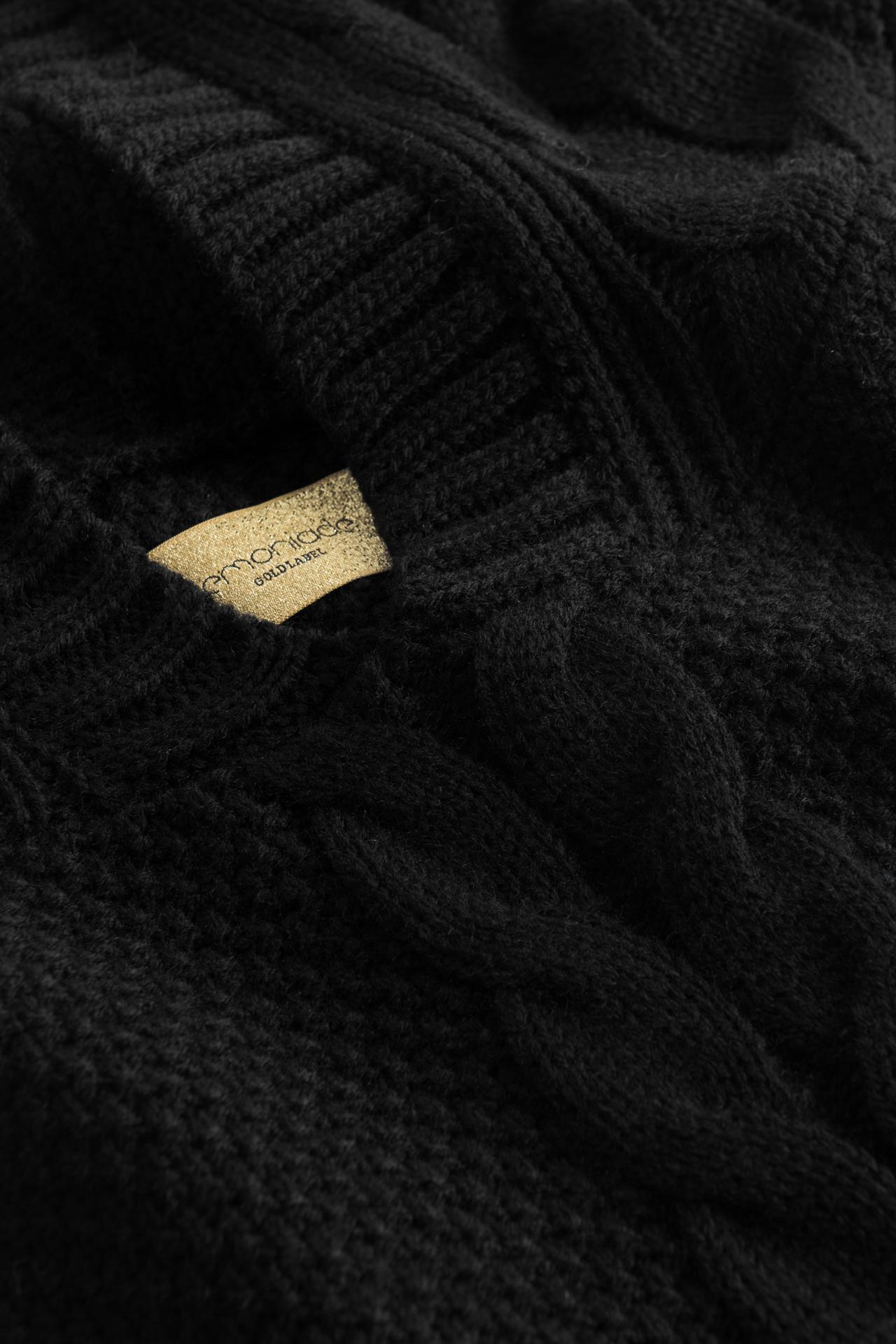 Strickset in Schwarz mit Zopfmusterdetails