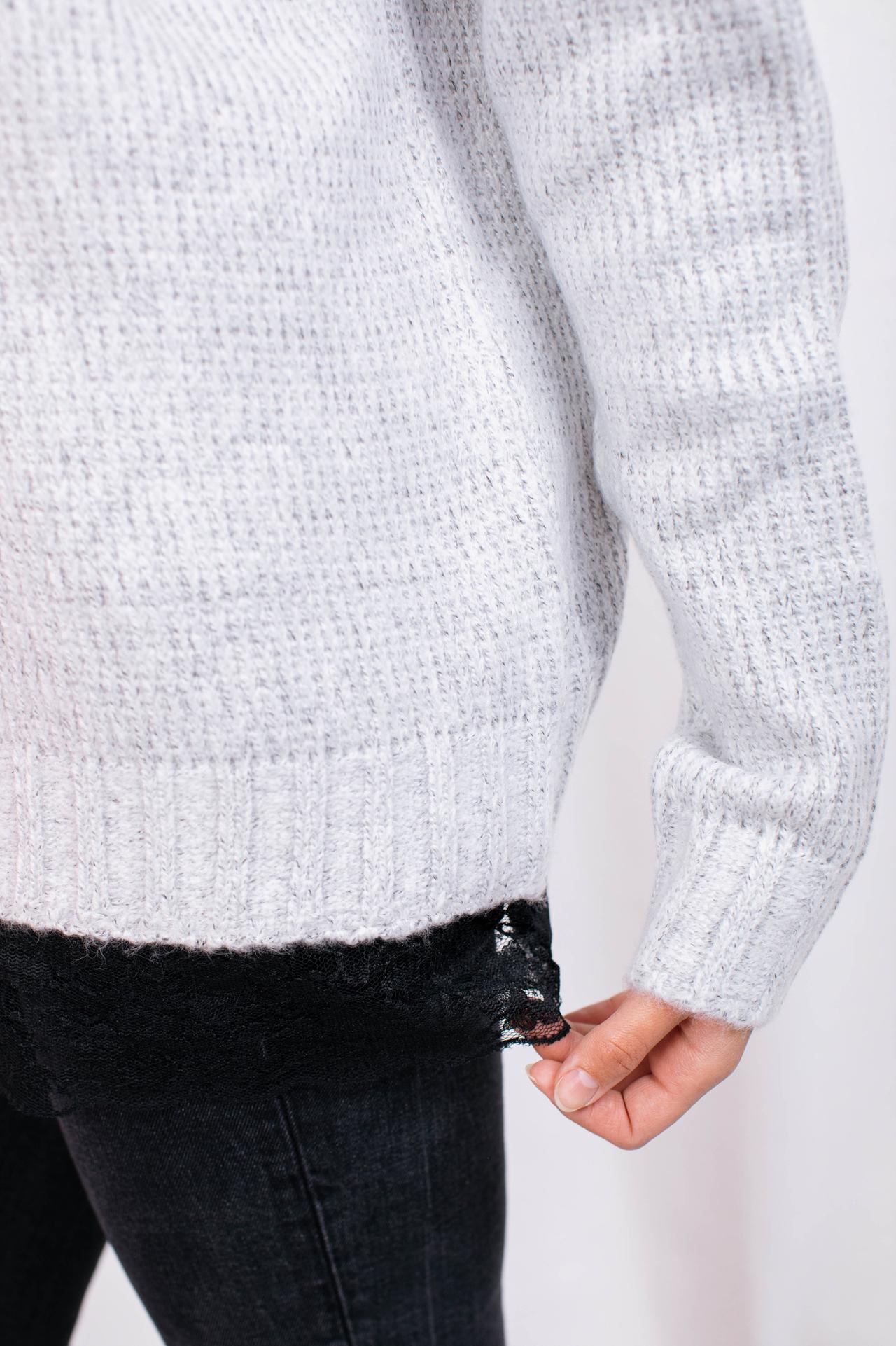 Sweater in Hellgrau mit Spitzensaum Detailansicht