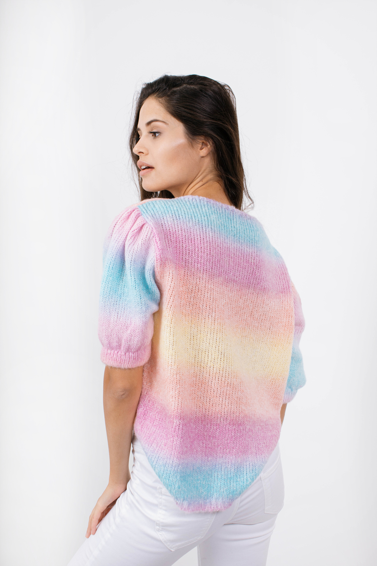 Sweater in Regenbogenfarben Rückansicht