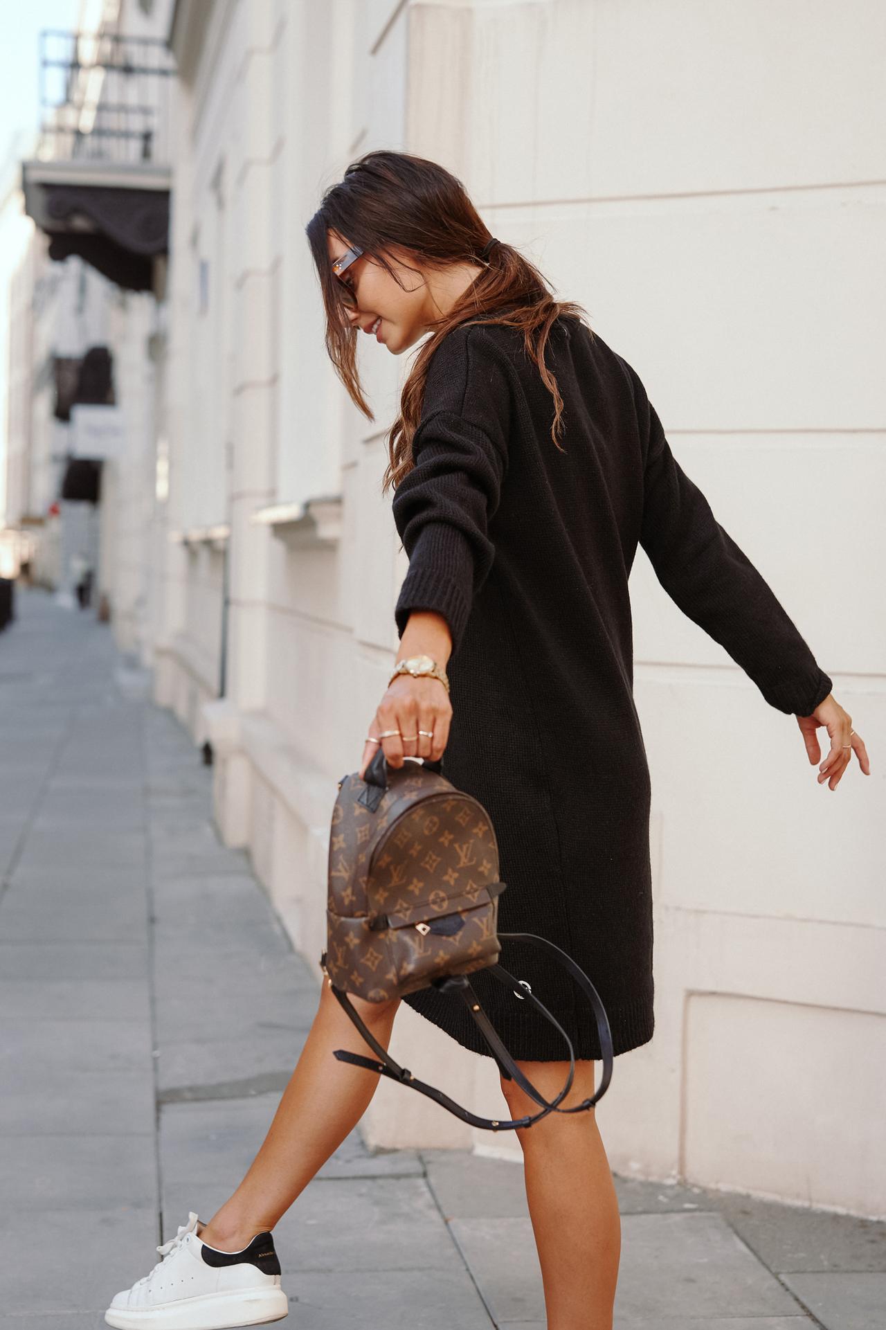 Schwarzes Strickkleid mit V-Ausschnitt