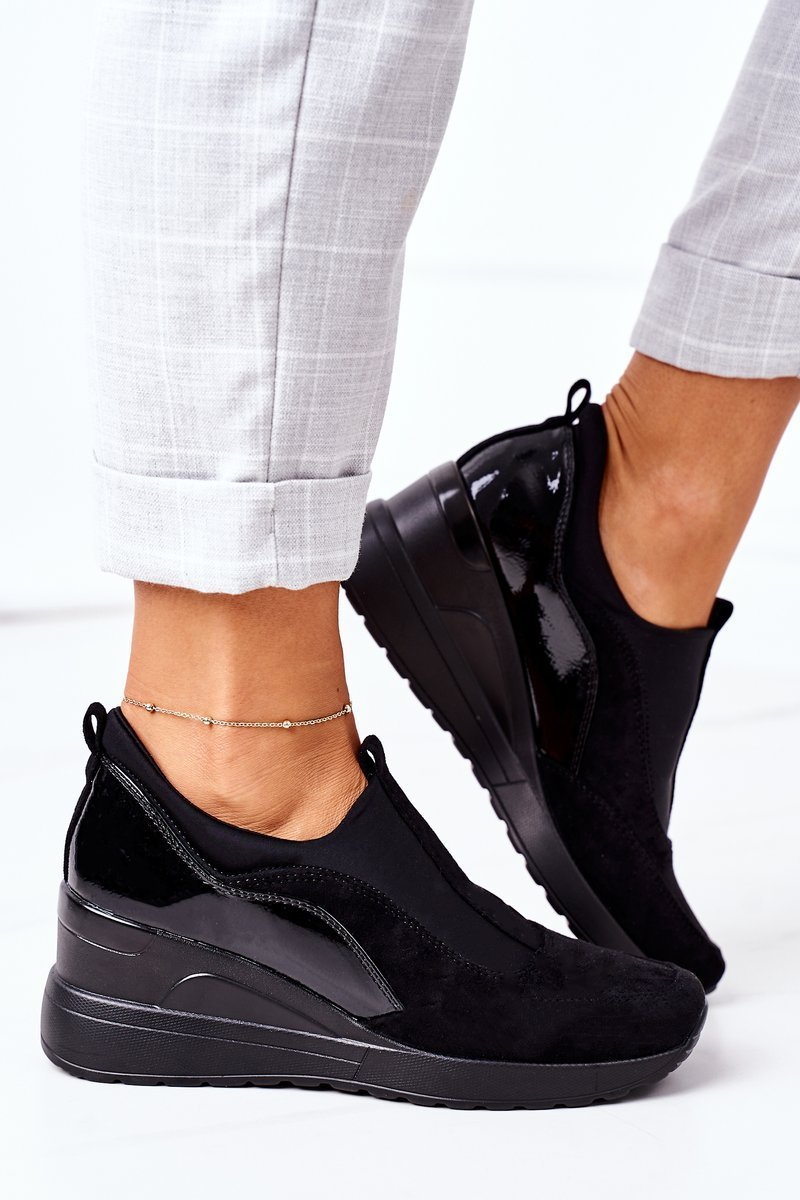 Sneakers in Kunstleder mit Lackdetails Seitenansicht