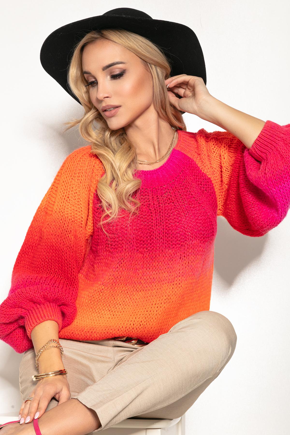 Pullover mit Farbverlauf in Orange Pink und Rot Vorderansicht sitzend