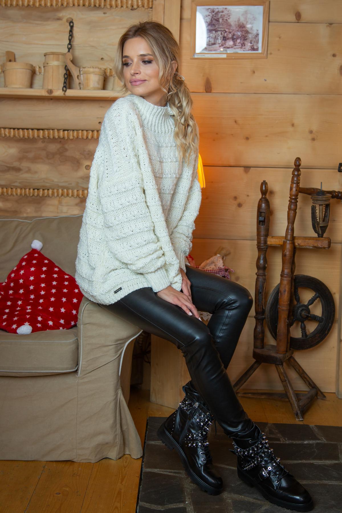 Sweater mit Stehkragen in Ecru Seitenansicht sitzend