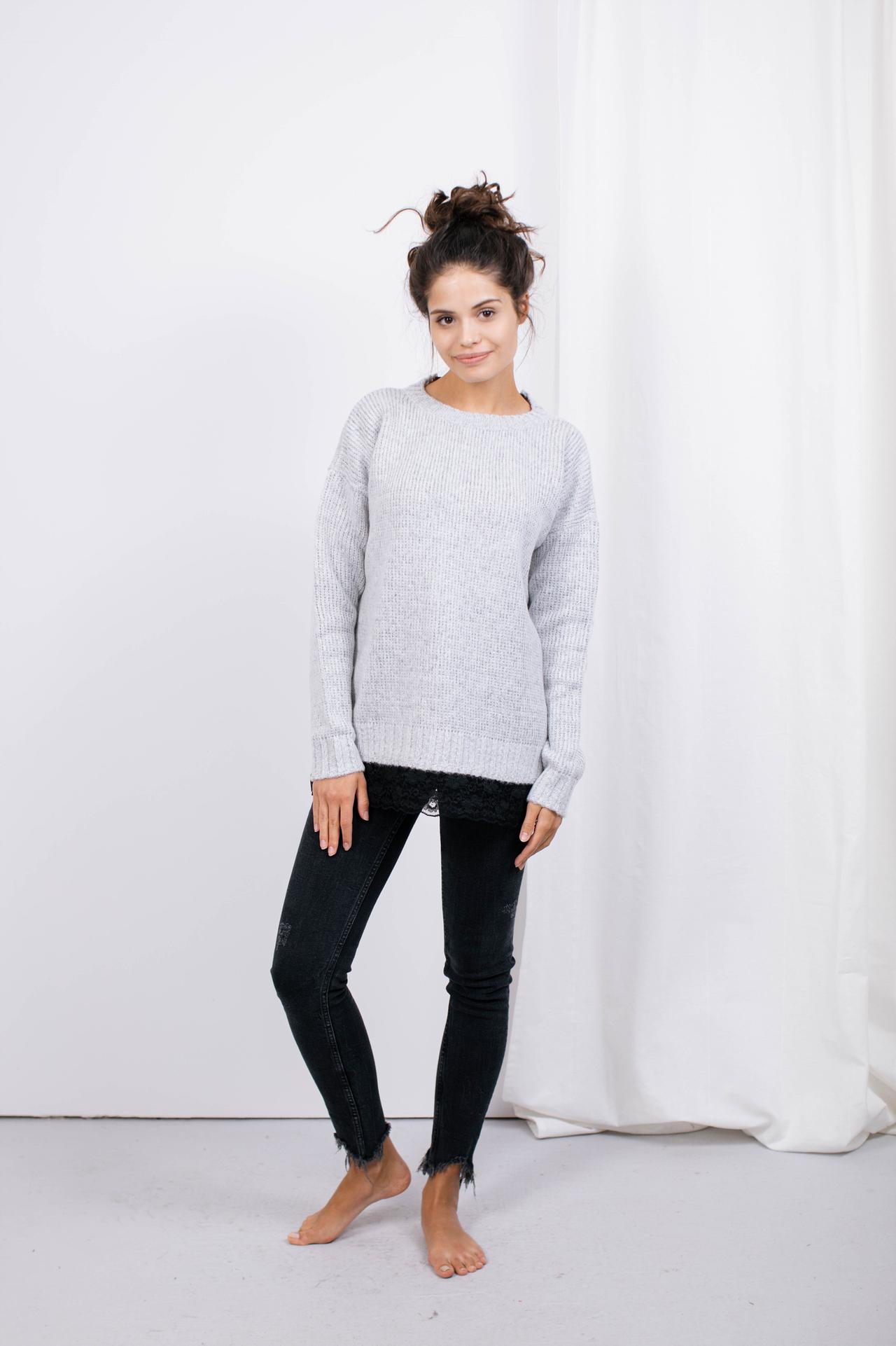 Sweater in Hellgrau mit Spitzensaum Komplettansicht