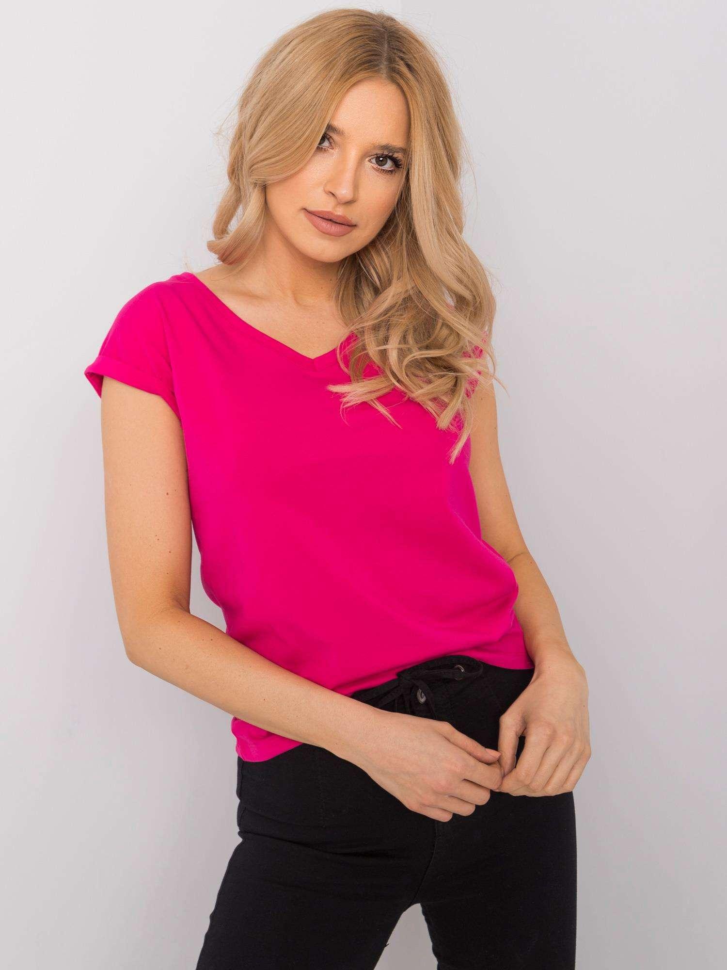 T-Shirt in Pink mit V-Ausschnitt Vorderansicht Kopf geneigt