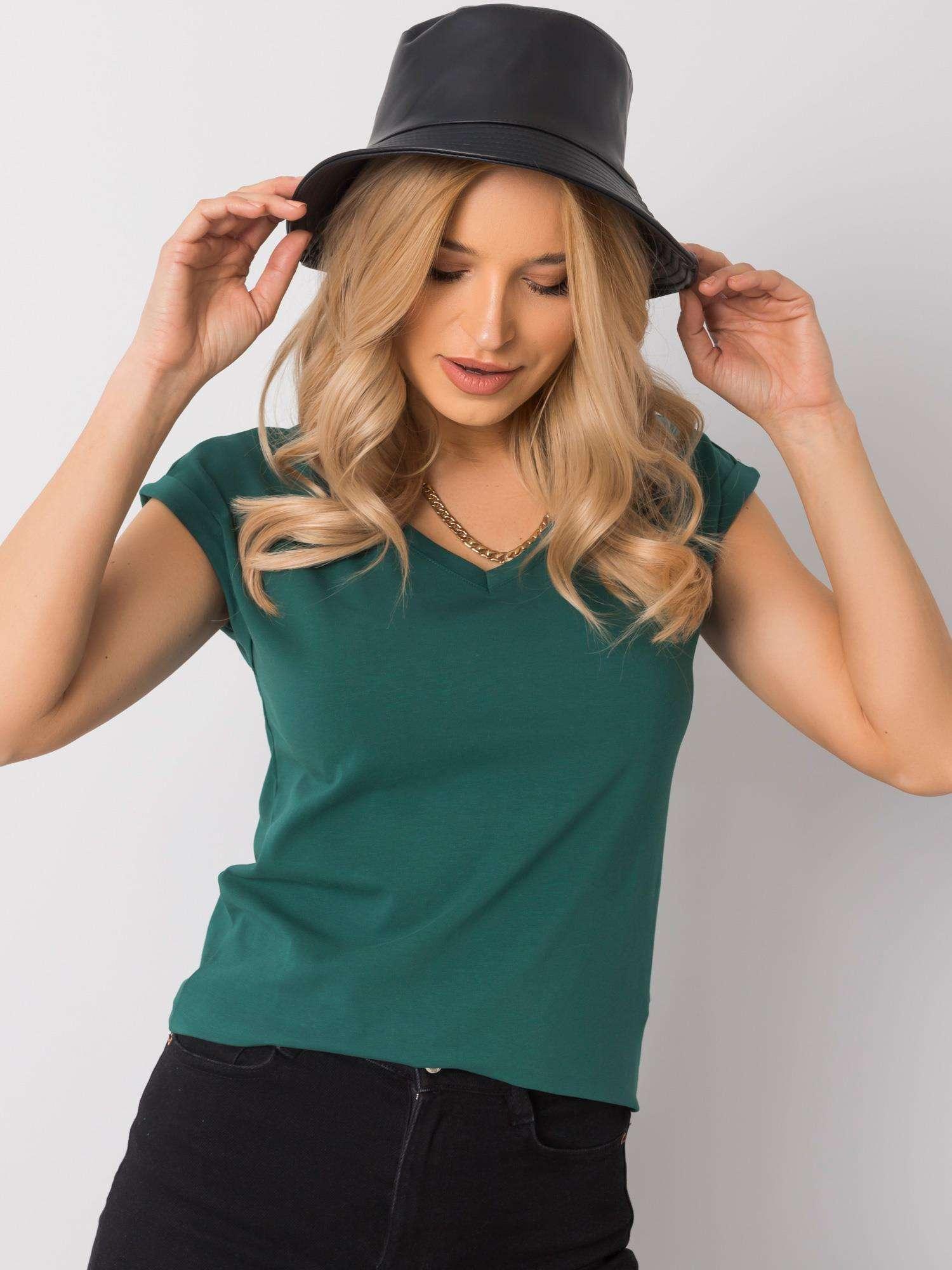 T-Shirt in Dunkelgrün mit V-Ausschnitt Vorderansicht Kopf geneigt