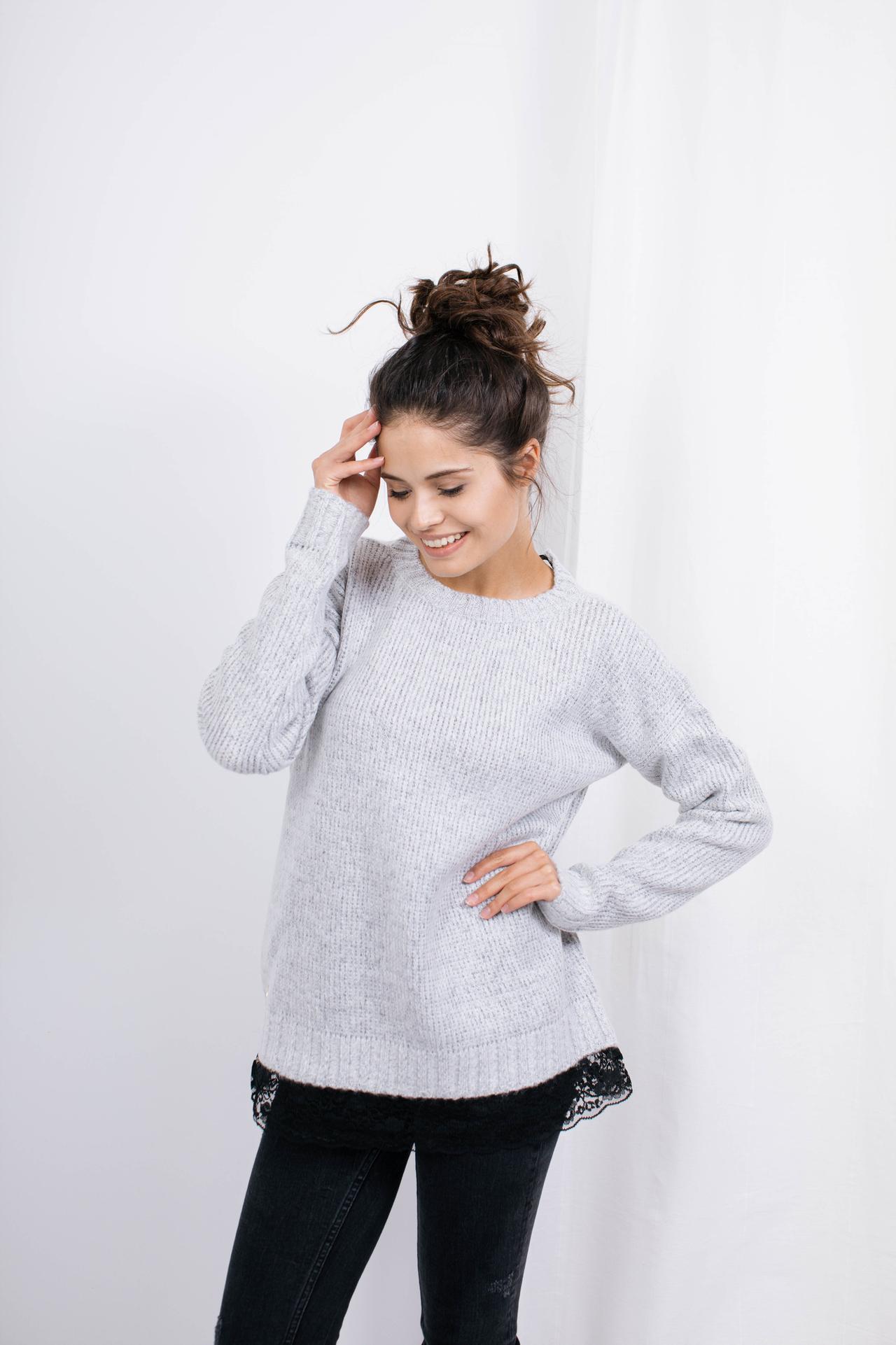 Sweater in Hellgrau mit Spitzensaum Seitenansicht