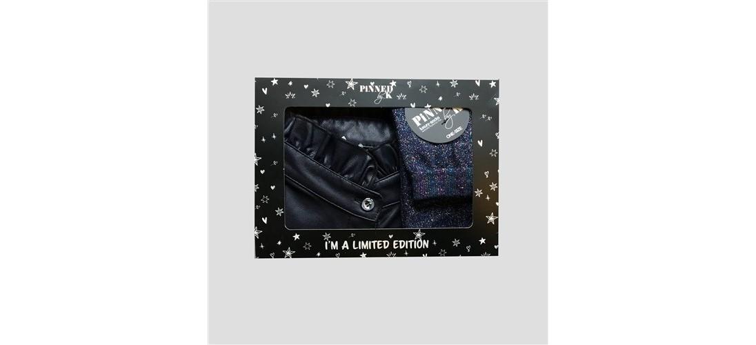 Geschenkset aus Kunstlederkragen und blauen Socken