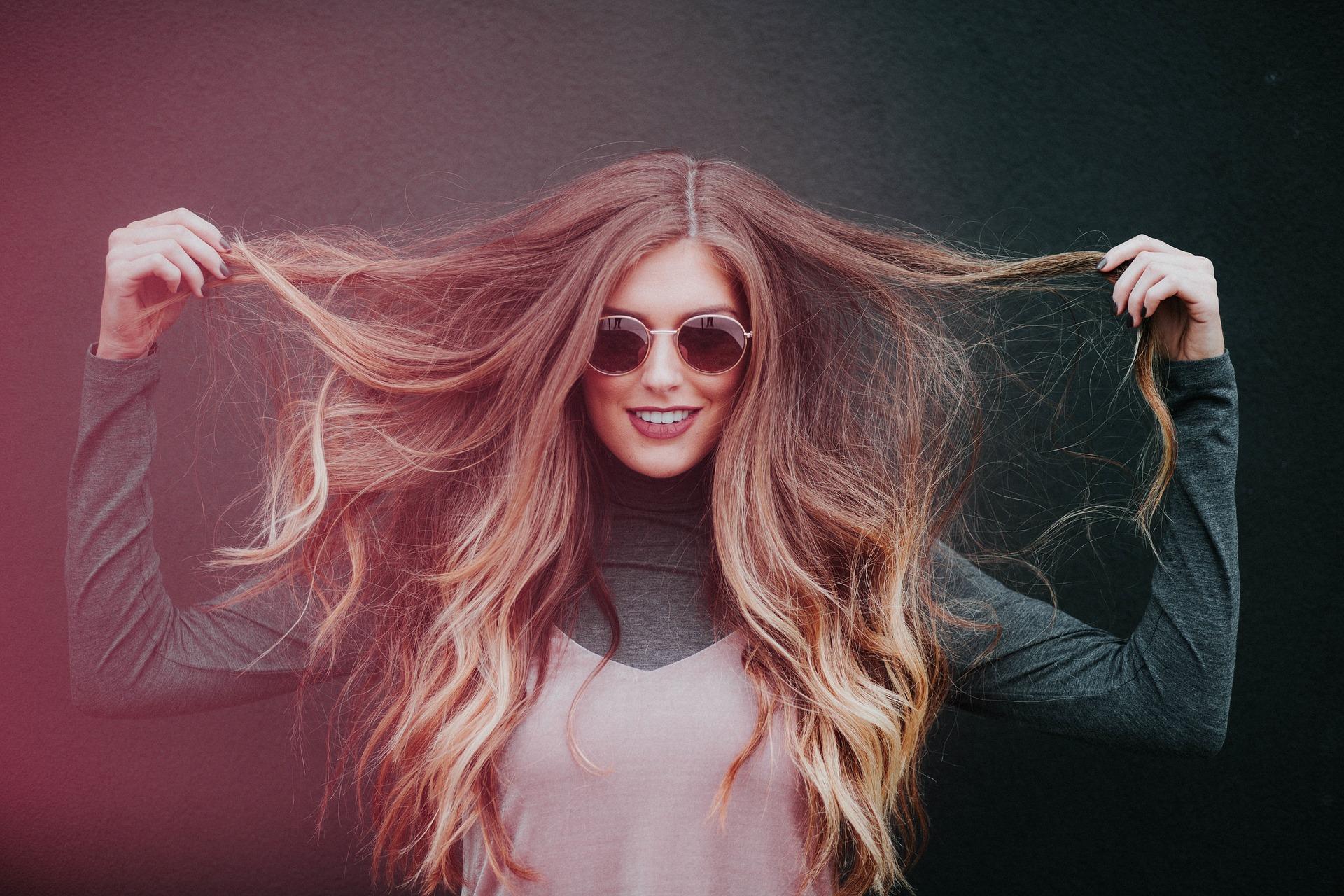 Frau im modischen Look mit Sonnenbrille
