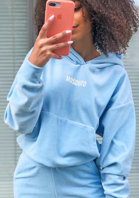 Velvet Hoodie in Baby Blau Detailansicht vorne