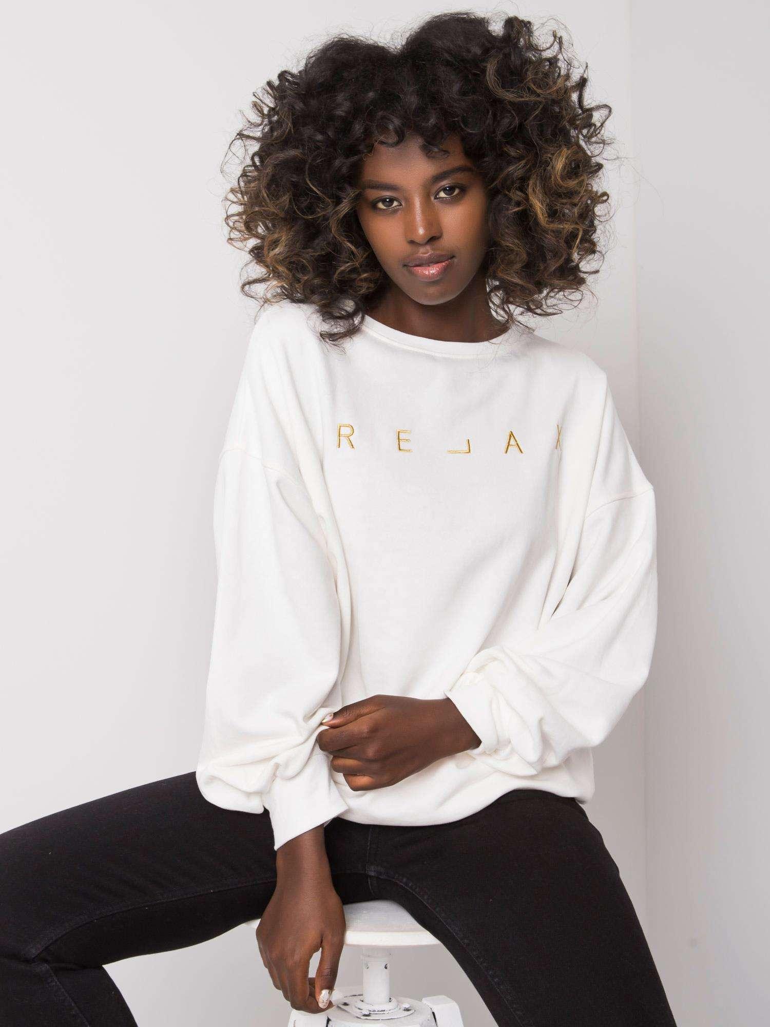 Sweatshirt in Ecru mit goldener  Stickerei Vorderansicht sitzend