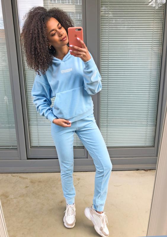Velvet Hoodie in Baby Blau Komplettansicht