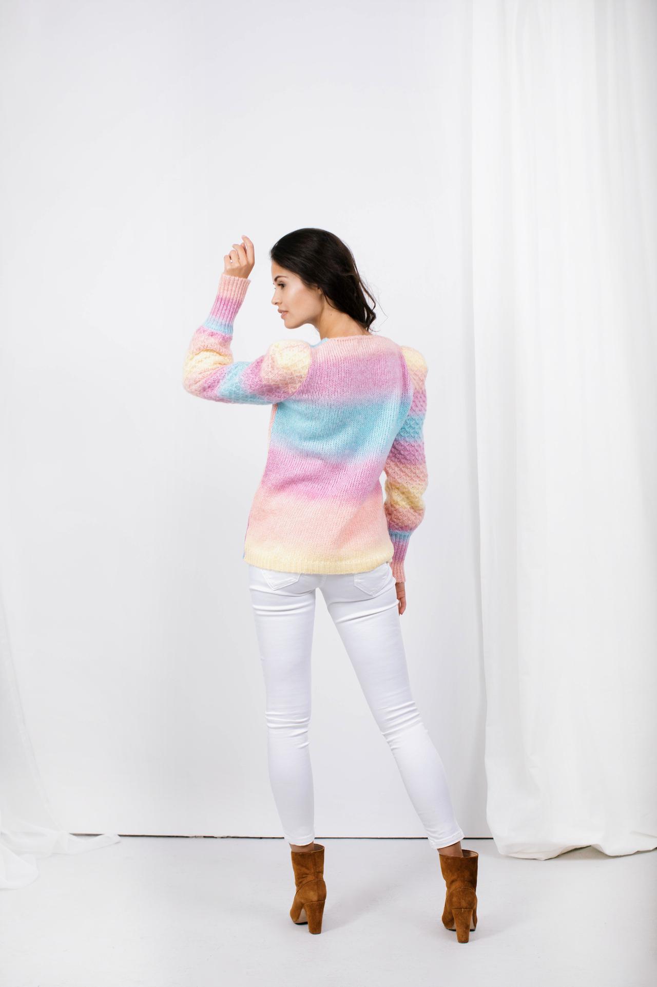 Cardigan mit Regenbogenfarben und Puffärmeln Komplettansicht