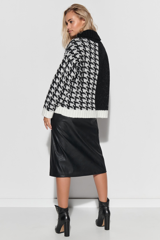Rollkragenpullover in Schwarz-Weiß mit Hahnentrittmuster Rückansicht komplett