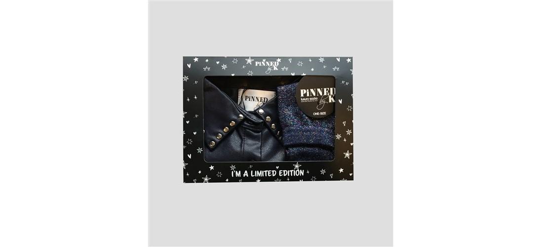 Geschenkset aus Kunstlederkragen mit Nieten und blauen Socken
