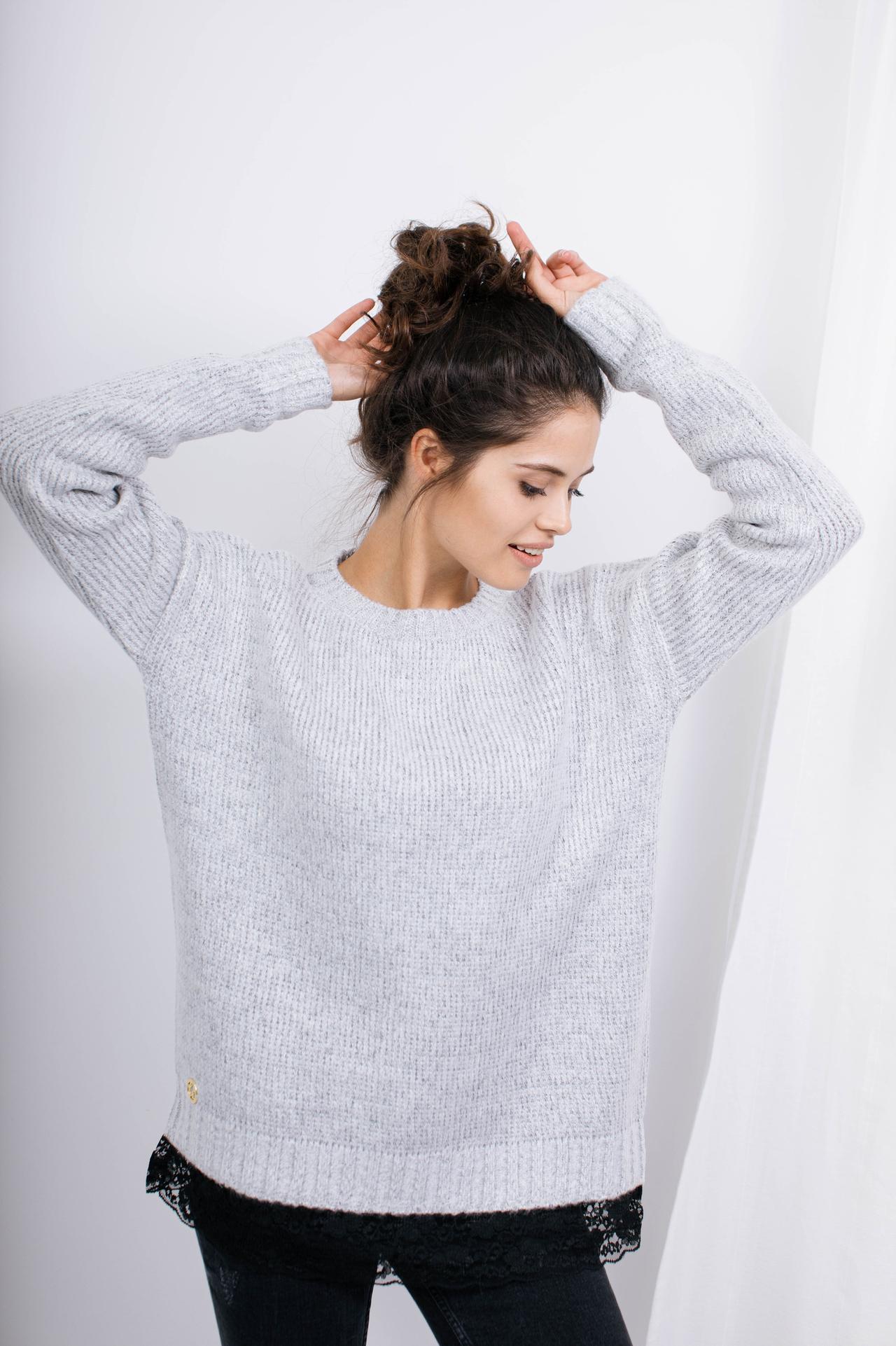 Sweater in Hellgrau mit Spitzensaum Vorderansicht