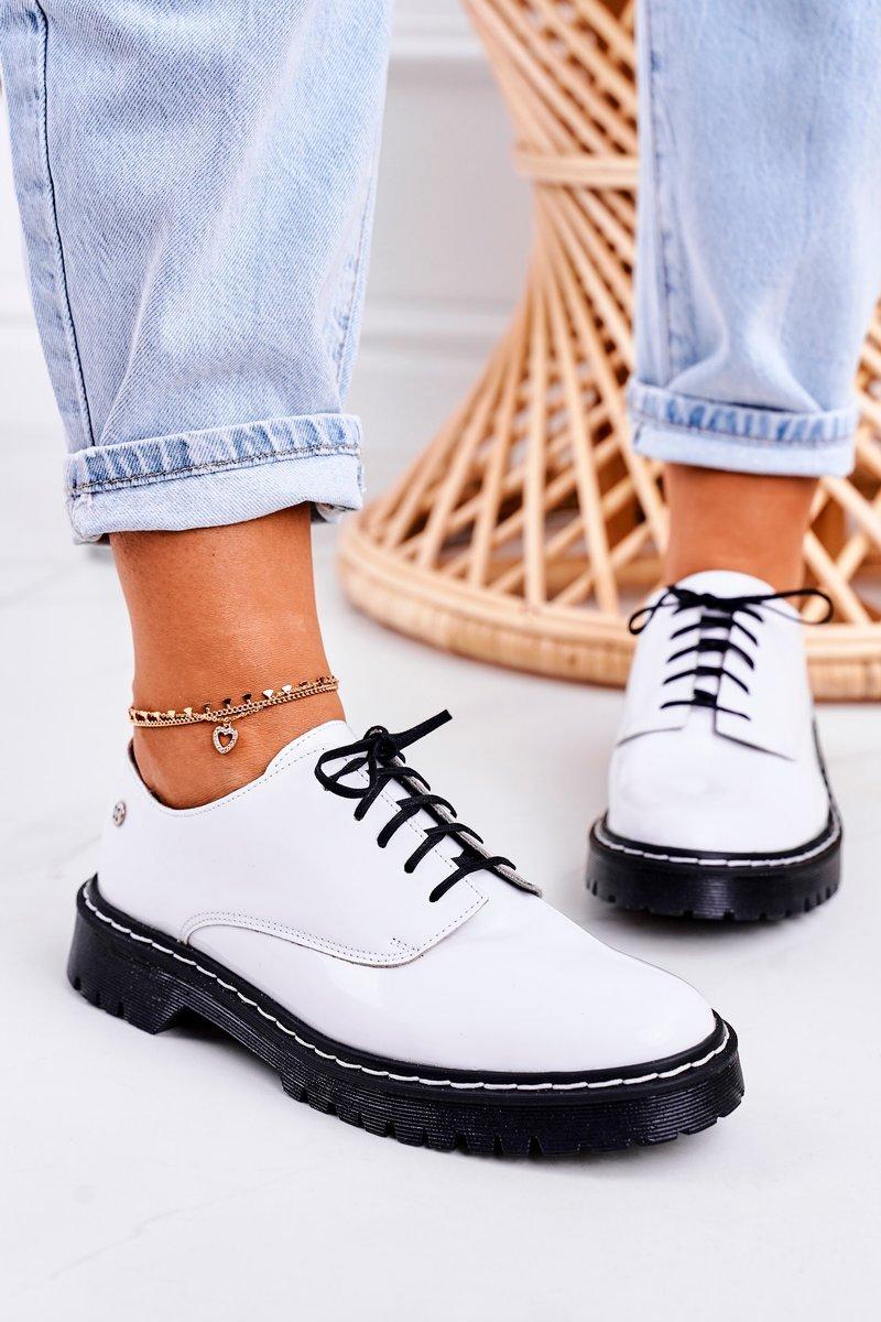 Oxford Schuhe in weißem Lackleder Seitenansicht geneigt