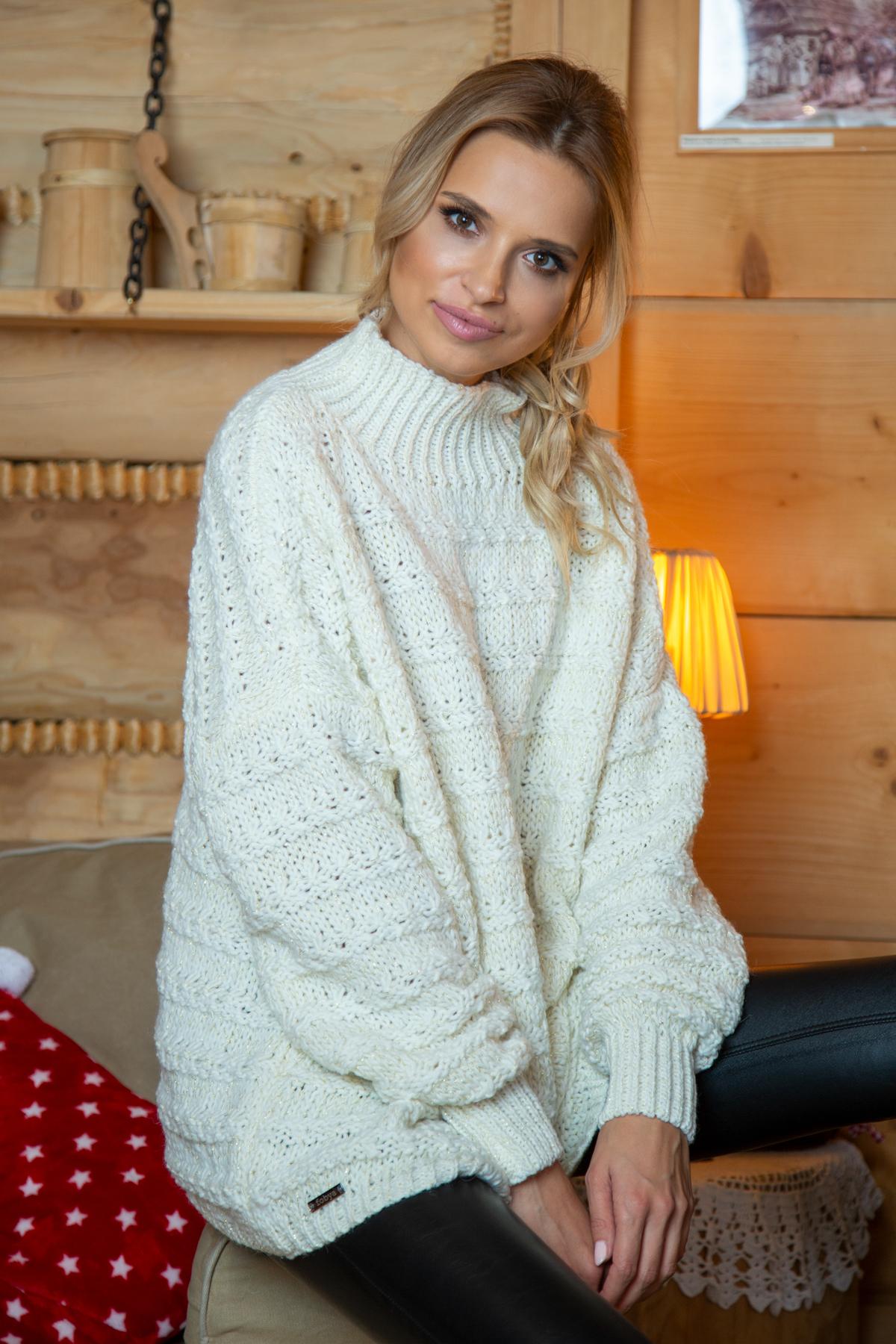 Sweater mit Stehkragen in Ecru Vorderansicht sitzend
